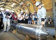 エタノールタンクについて説明する稲川社長(午前10時40分ごろ、塩原真撮影)