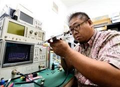 無線機器の試験を行う加藤さん