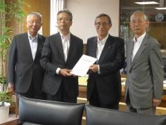 細田会長(右から2人目)に要望書を提出する高橋会長(右端)ら