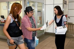 JR帯広駅構内では利用客らに号外が配られた