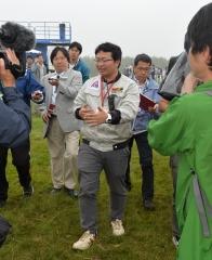 報道陣の質問に答えるISTの稲川貴大社長
