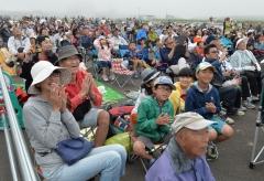 ロケットの打ち上げ直後、空を見上げて拍手する観客(塩原真撮影)