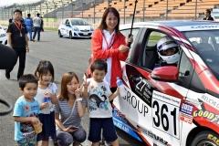 レース前に子どもとの記念撮影に応じる清水さん