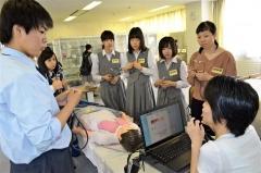 人形での実習を体験する参加者