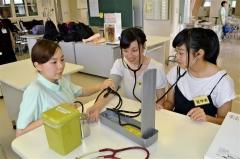 血圧測定を学ぶ参加者