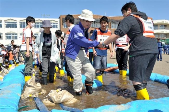 初めて水害を想定 市地域防災訓練に600人