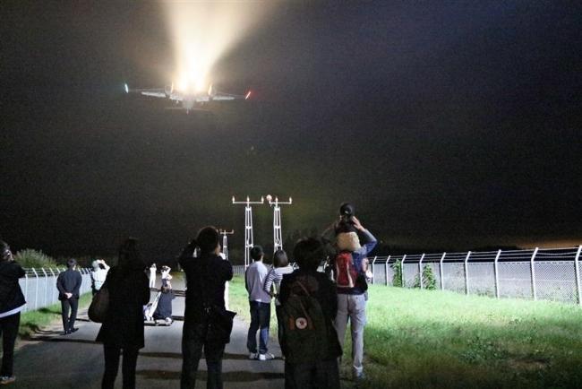 夜の空港を見学 ナイトツアーに親子80人