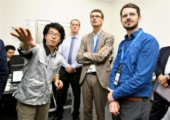 ISTの工場を視察する欧州の関係者ら(8日午前11時半ごろ、新井拓海撮影)