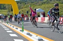 開通前の高速道路でのサイクリングを楽しむ参加者