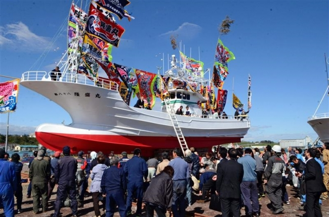 大漁旗なびき進水 10年ぶりの新造 広尾・鈴木漁業部