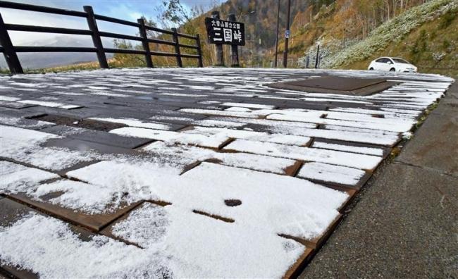 三国峠で雪