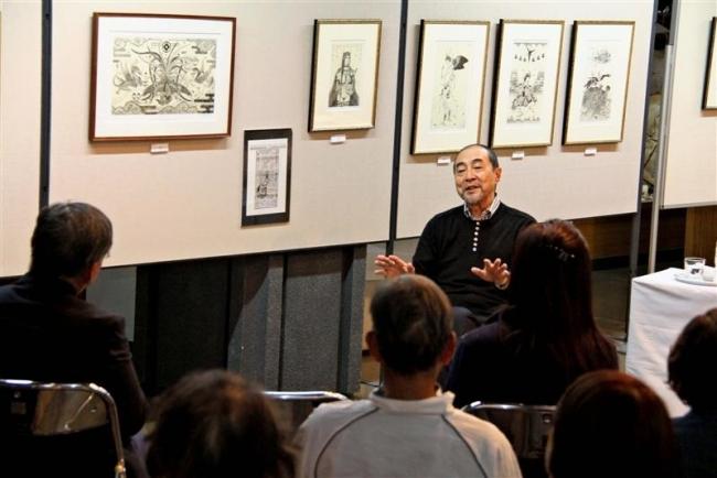 銅版画家多賀新さん、古里本別でギャラリートーク