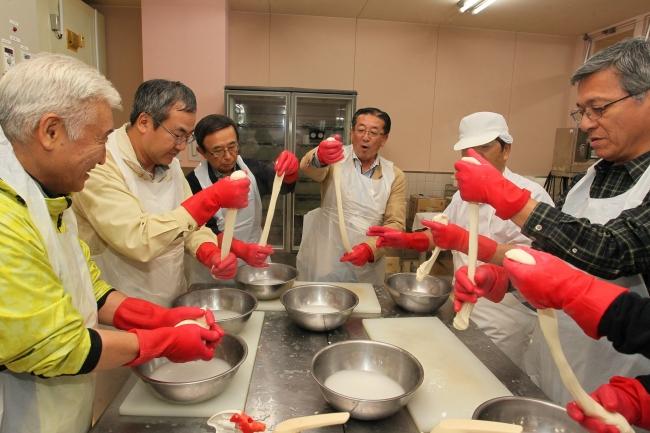 チーズづくりや大根収穫体験 西山村長ガイドにバスツアー 更別