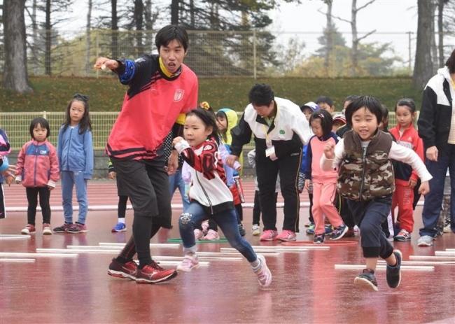 スポーツフェス走り方教室、園児や児童140人元気な走り