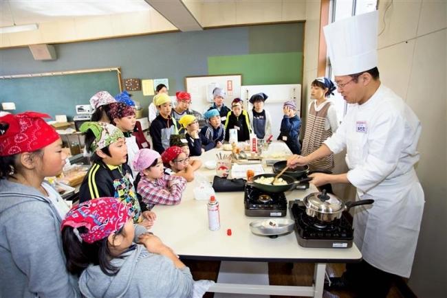 豊似小で「一日防災学校」 災害食の調理実習も 広尾