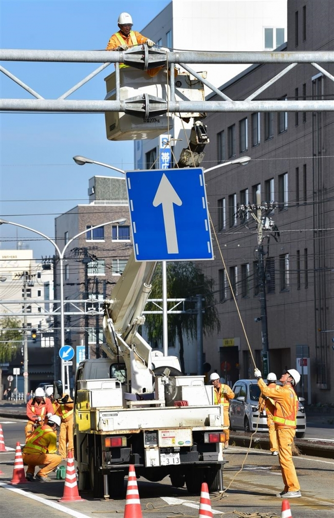 市内中心部の交通規制解除 標識の撤去が始まる