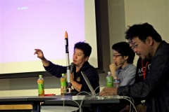 7月のロケット打ち上げについて語る堀江氏(左)