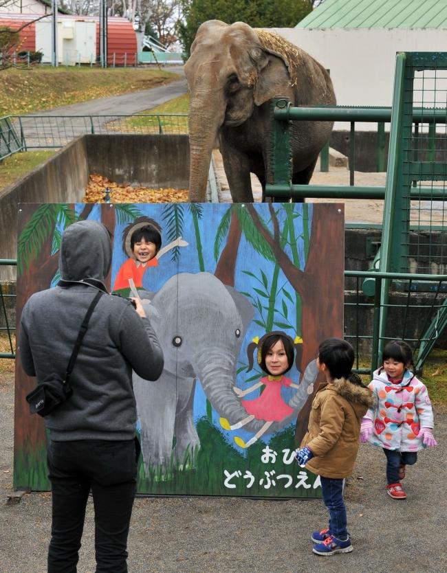 人気者に「バイバイ」 動物園夏季開園が終了 冬季は来月から