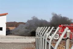 実験で燃焼ガスを勢いよく噴出するガス発生装置(9日)
