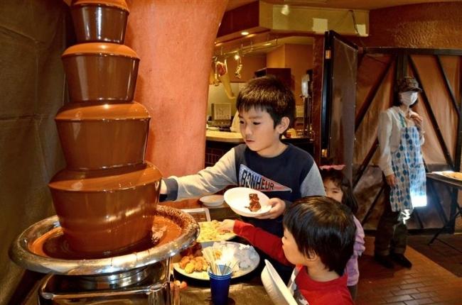 20種計4000個の菓子勢ぞろい スイーツフェスタに300人