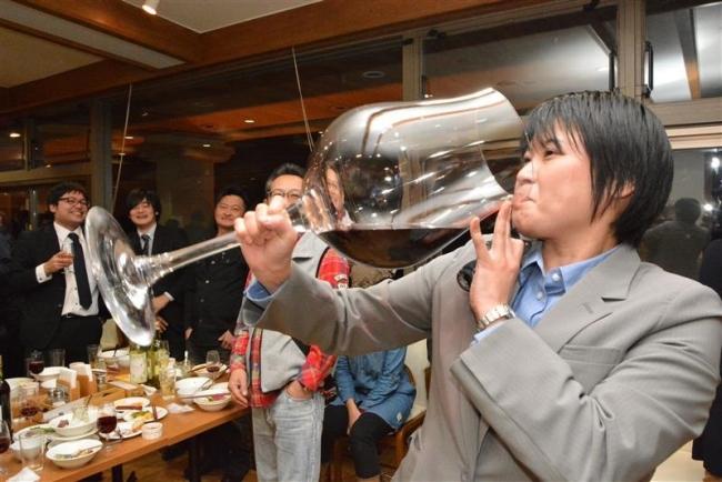 十勝ワインヌーボー 巨大グラス回し飲み