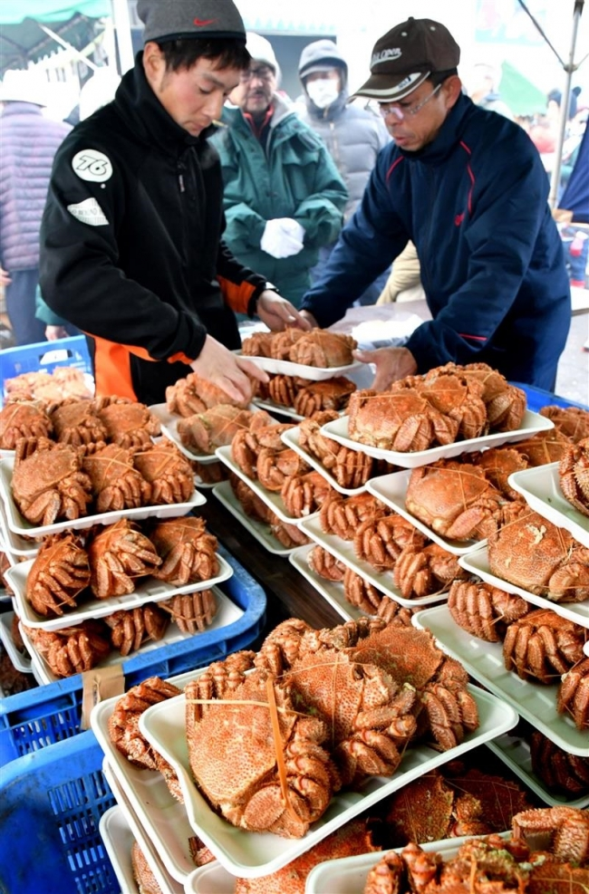 漁協の毛ガニ釜ゆで販売に行列 広尾
