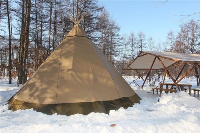 グランピング、冬用テント3基設置 中札内フェーリエンドルフ