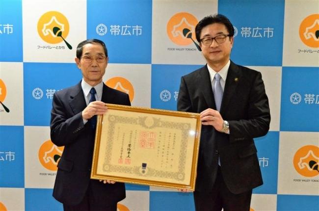 紺綬褒章を伝達 高額寄付者の松井氏 感謝状も贈呈