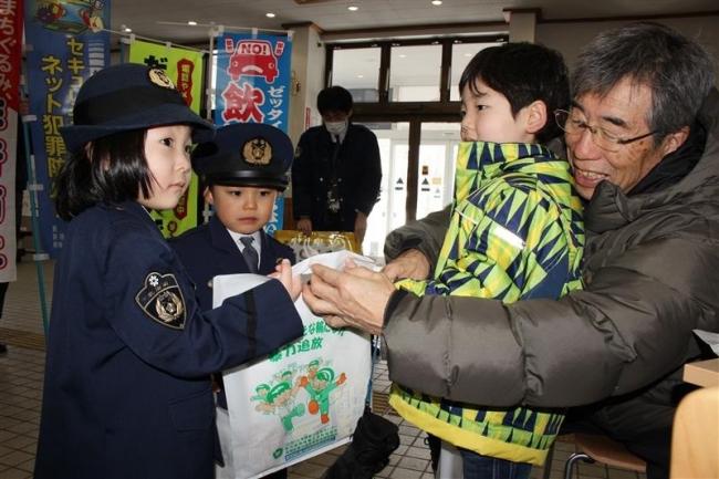 幼児が啓発活動 110番の日で新得署「1日警察官」