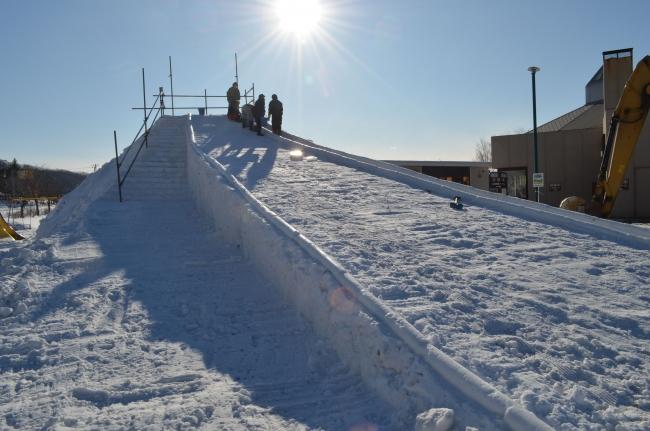 高さ5メートル、雪の滑り台 本別