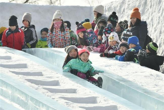 開幕 巨大滑り台に大勢の人 おびひろ氷まつり