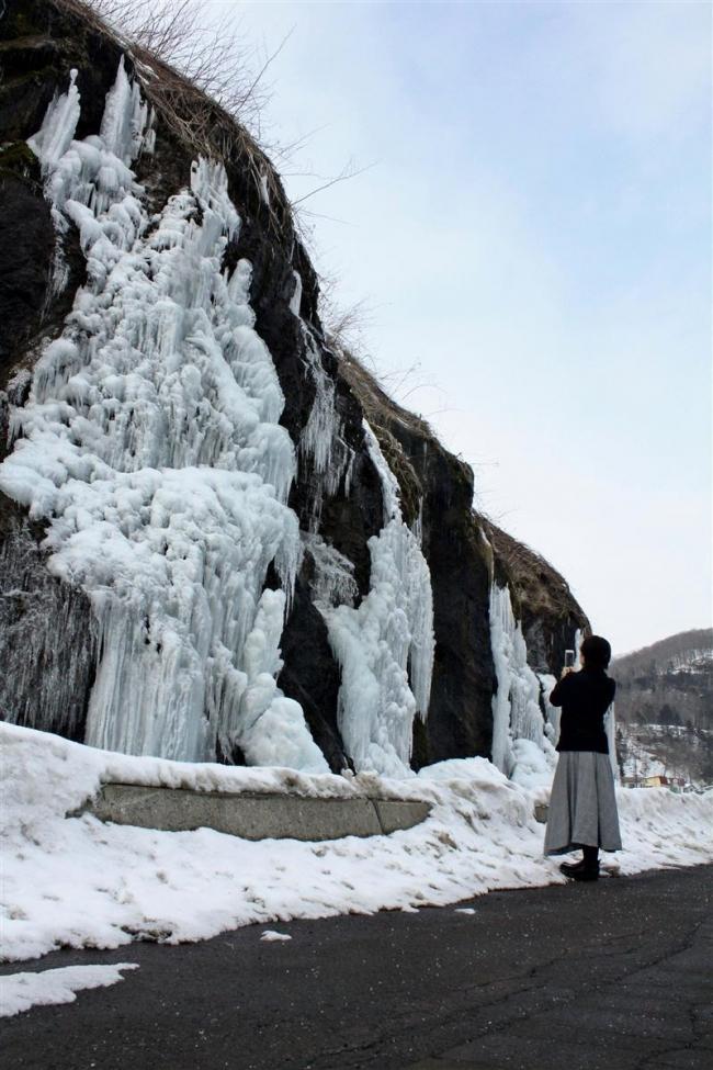フンベの滝氷る 広尾