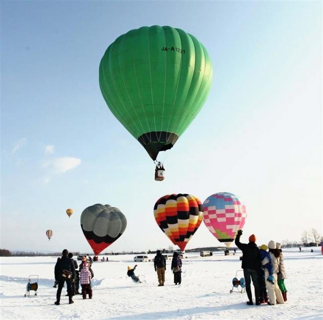 冬の青空に熱気球 上士幌ウインターバルーンミーティング開幕
