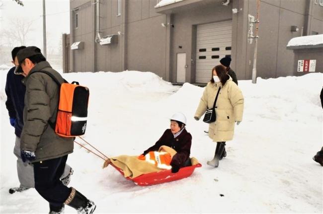 そりで移動も 芽室で初の冬季避難訓練