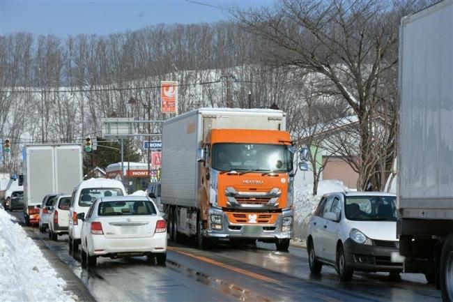 大雪影響続く十勝 通行止め解除でトラックなど集中