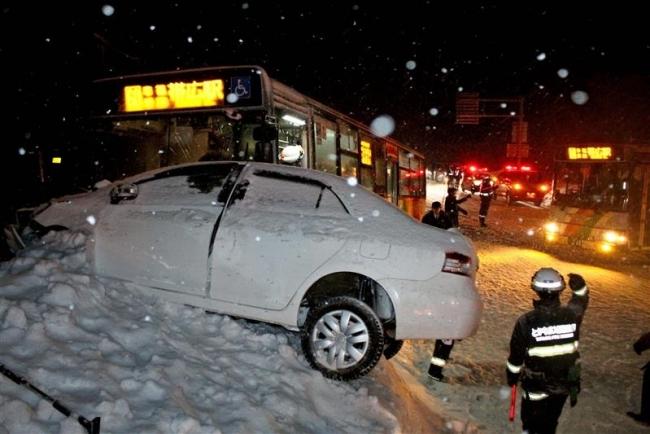 大樹高生乗った路線バスと乗用車が衝突 2人重傷で搬送 忠類