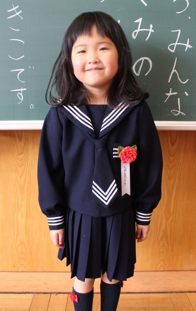 40年前のセーラー服で入学式 つつじが丘小の伊藤愛央さん