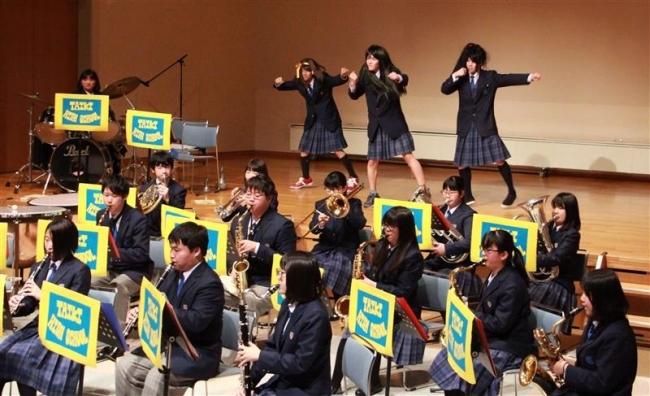 バブリーダンスも披露 大樹高校吹奏楽局