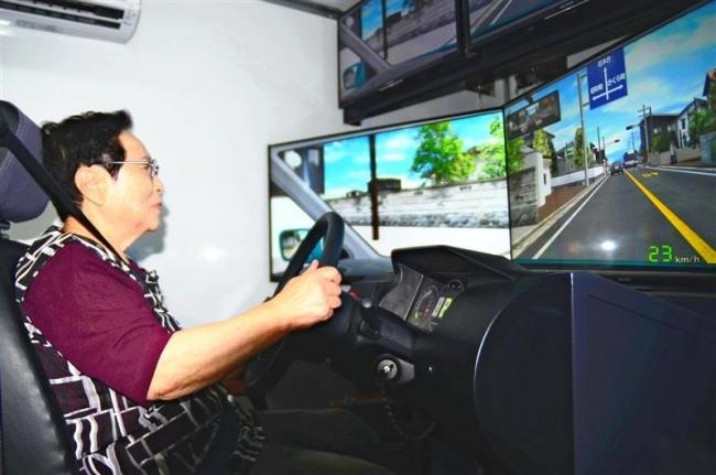 運転シミュレーター体験も 本別・高齢者交通安全勉強会