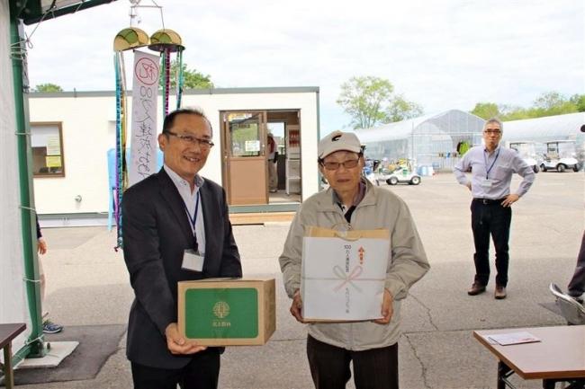 札内川ゴルフ場100万人達成 帯広の飛永さんに記念品