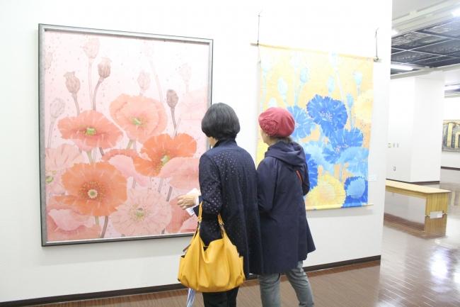 来場者の目引く絵画2団体展示 市民ギャラリー