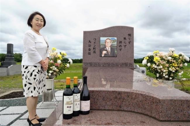 次女の田辺さんが墓参り、丸谷金保さん4年目の命日