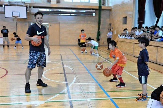 新潟移籍の柏木真介選手バスケ教室、小学生にレッスン
