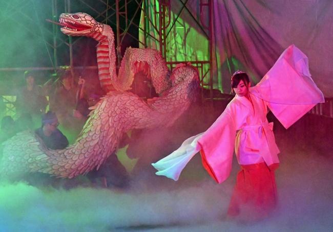 迫力ある「白蛇姫舞」3年ぶりに披露 鹿追・白蛇姫まつり