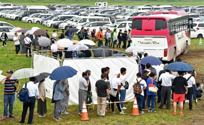 バス混雑 運行増強 初日来場 前回並み4万人 6台を増便 乗降場改善