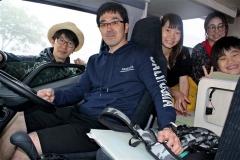 キャンピングカーレンタル事業を始めた高木さん(左)と利用者の長谷川さん家族