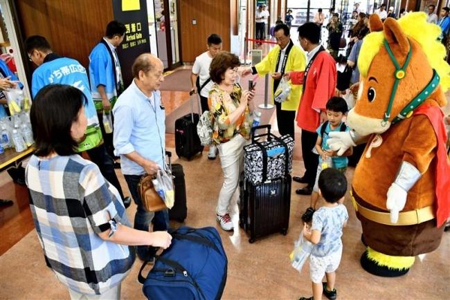 名古屋線の季節運航がスタート 初便到着し利用客を歓迎