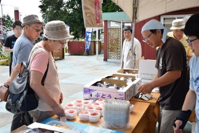 福島産のモモ、ブドウ販売盛況 幕別の高木さん招く