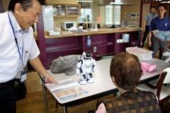 介護にコミュニケーションロボット試験導入 ほくと自立支援ホーム