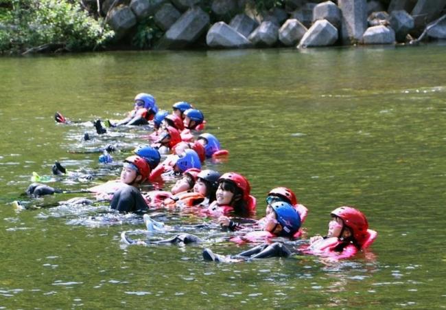 児童が川遊びキャンプ 大樹